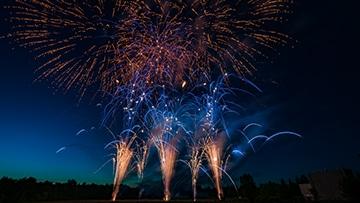 potsdamer feuerwerk nico europe hoffest 2017 goldene feuertöpfe mit blauen spitzen, darüber brokatkronen