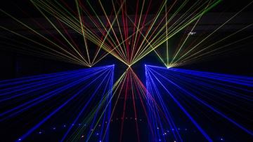 potsdamer feuerwerk nico europe hoffest 2017 lasershow, blaue, rote und gelbe laserstrahlen choreographiert