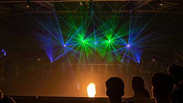 Columbiahalle grüne und blaue laser über flamme