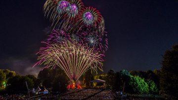 potsdamer feuerwerk feuerblumen und klassik open air im britzer garten feuerwerkseffekte hinter der bühne und publikum im vordergrund